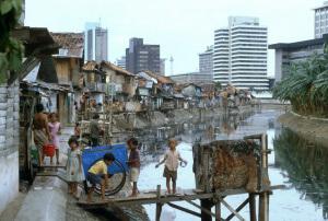3440 INDONESIA SLUMS NEAR DOWNTOWN AREA OF JAKARTA SEAN SPRAGUE PHOTO